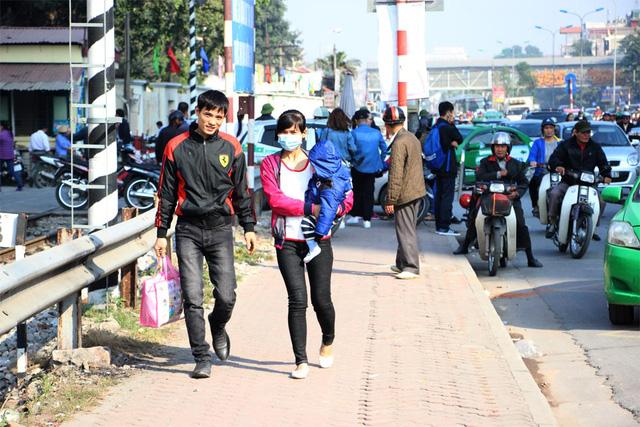 Người dân phải đi bộ quãng đường xa vào bệnh viện