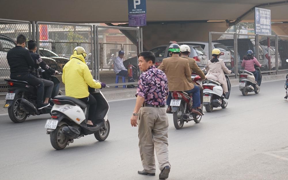 Người dân phải sang đường đến bãi gửi xe
